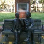 El físico Albert Einstein plauderte 1925 con el fiósofo uruguayo Carlos Vaz Ferreira in einem Park, nahe der Wissenschaftskirche